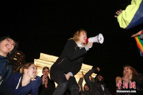 资料图:11月11日晚,纽约曼哈顿,众多民众聚集在华盛顿广场公园抗议特朗普。