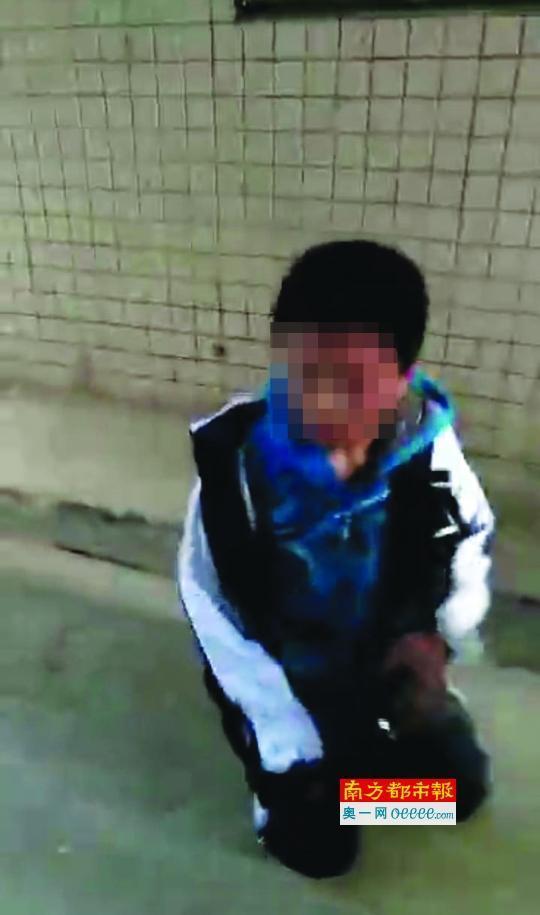 12月16日下午,深圳龙华新区爱义学校的初一学生小梁(化名)放学后,遭到包括同校及外校的多名初二、初三学生围殴,除了被踢头、狠踹外,还被迫下跪并自扇巴掌。整个围殴过程被打人者拍了下来,视频已在多所学校流传。