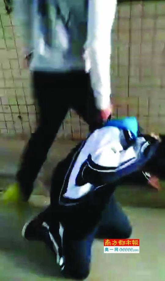 """12岁男孩遭同学围殴踹头 疑因举报对方收""""保护费"""""""