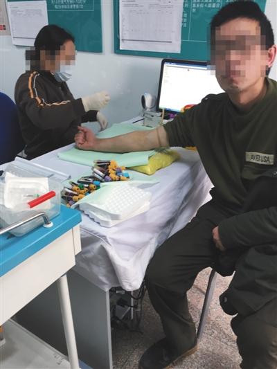 11月11日,某大医院试药体检筛查,医生为受试者抽血。