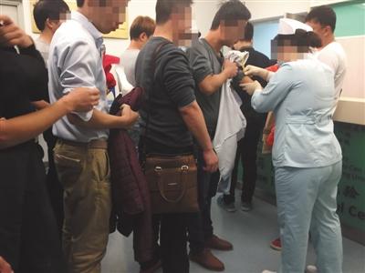 11月3日,北京一大医院,试药体检筛查中,医生为受试者筛查针眼。按照规定,受试者在医院参加体检筛选后未超过5天不能参加下一家医院筛选。