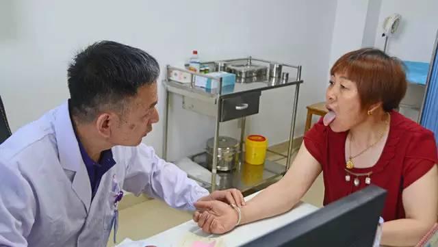 2月,国务院印发《关于印发中医药发展战略规划纲要(2016―2030年)的通知》,提出完善覆盖城乡的中医医疗服务网络。原则上在每个地市级区域、县级区域设置1个市办中医类医院、1个县办中医类医院,在综合医院、妇幼保健机构等非中医类医疗机构设置中医药科室。在乡镇卫生院和社区卫生服务中心建立中医馆、国医堂等中医综合服务区。
