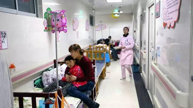 5月,六部门印发《关于加强儿童医疗卫生服务改革与发展的意见》,提出到2020年,每千名儿童床位数增加到2.2张、儿科执业(助理)医师数达到0.69名,每个乡镇卫生院和社区卫生服务机构至少有1名全科医生提供规范的儿童基本医疗服务,基本满足儿童医疗卫生需求。