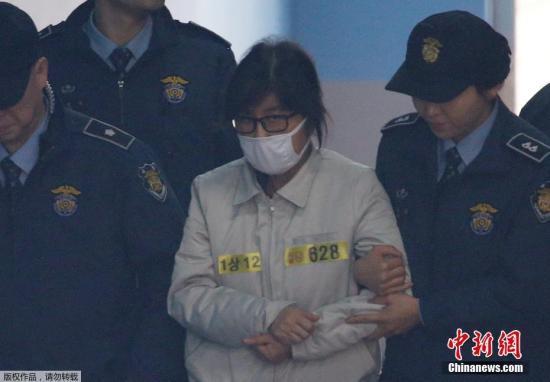 """本地时刻12月19日,韩国首尔地方当地法院刑事22部在首尔地方当地法院大法庭举办庭前集会。""""心腹门""""主角崔顺实出庭。"""