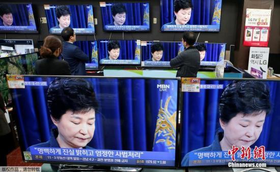 """本地时刻2016年11月4日,韩国,电视在直播总统朴槿惠发言。韩国总统朴槿惠当天揭晓电视直播发言,就密友崔顺实""""暗地干政""""事情再次抒发态度。"""