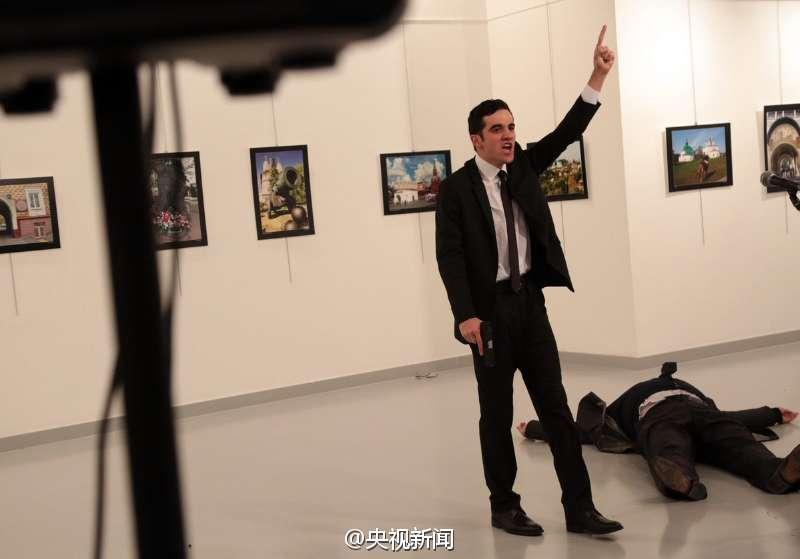 据土耳其NTV电视台报道,俄罗斯大使在土耳其首都安卡拉参加艺术展时遭到枪击,受伤严重且已被送往医院。土耳其总统埃尔多安的顾问Bulent Gedikli在推特上指出,大使已经受伤去世。不过,俄新社此前称,俄罗斯大使当场得到救治,并未入院治疗。