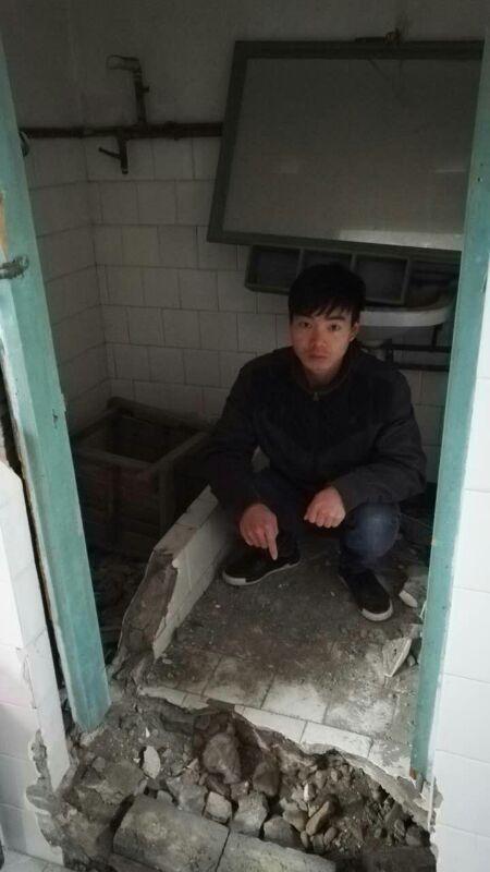 缪新光蹲自家浴室内,法院认定缪家3人在这个面积不到1.2平方米浴室地板上分尸。澎湃新闻记者 王选辉 图