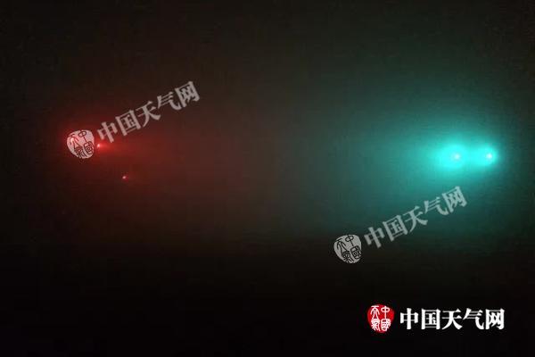 """今晨,北京好像为""""瑶池"""",红绿灯已看不清。"""