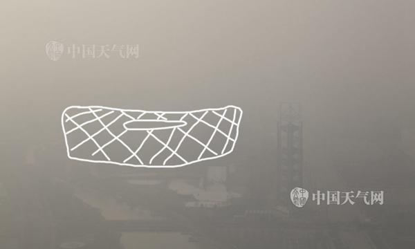 """今天,北京延续重净化,鸟巢被霾""""淹没""""。关禺摄"""