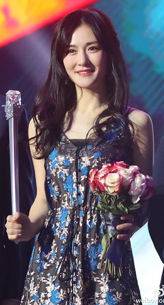 """谢娜获""""最有态度综艺女王"""" 穿蓝色长裙亮相显俏皮"""