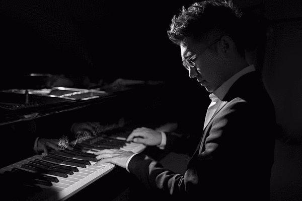 赵胤胤弹奏钢琴