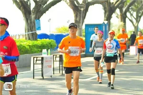 """就在昨天来广州的路上,从刚结束的厦门海沧半程马拉松赛传来两位选手猝死的消息,据说还有多达六位选手送医,这真是太遗憾了。远方跑友的离世,以宝贵的生命为代价,警醒包括我在内的马拉松参赛者不要盲目坚持。我也希望能像村上春树那样,成为""""跑得认真""""的跑者,但无论如何应当量力而行。我看到《跑者世界》总编辑张路平先生随即转发了几条微信,其中包括《跑者世界》的专栏作家方旭东先生去年发表的文章《跑步有""""度""""》。我马上又想起,2016年7月23日我参加海拔1900米的六盘水马拉松而被关门的经历。赛后我写出赛记《勇敢的界限》,同样发表在《跑者世界》杂志上。《跑者世界》这本久负盛名的跑步杂志,以为广大普通跑者服务为己任。无论是""""有度"""",还是""""界限"""",都是在说明普通跑者要量力而行。我们来跑步,来参加马拉松,是为了健身,不是为了献身。"""