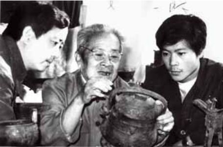 80 年代,赵振茂在给年轻的王有亮讲解青铜器
