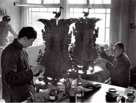 70 年代,赵振茂与徒弟在复制故宫镇馆之宝莲鹤方壶  (左为原件)