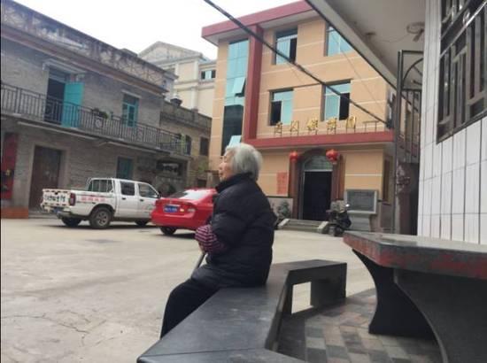 12月11日,长乐市猴屿乡猴屿村,一名青丝苍苍的白叟坐在晚年人流动核心的长椅上休养。村里青丁强多数出国,多剩白叟留守。