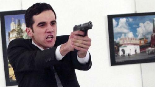 美联社记者在混乱中拍下射杀俄国驻土耳其大使的枪手。(图片来源:美联社)