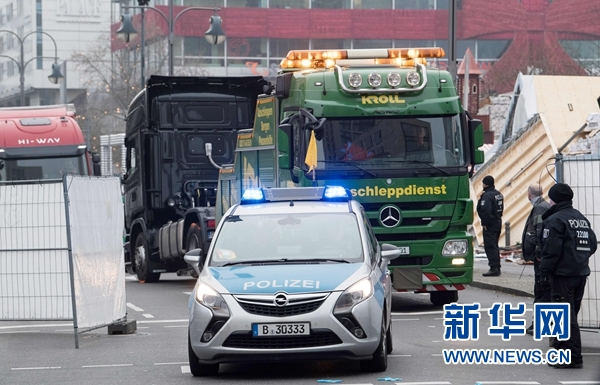 12月20日,在德国柏林,冲入圣诞集市的货车(后)被拖走。法新社/新华社