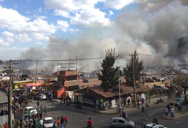 当地时间2016年12月20日,浓烟从墨西哥首都墨西哥城北部一家发生爆炸的烟花市场升起。 新华社 图