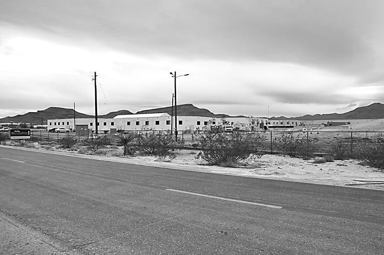 图说:法乐第未来公司的工厂,远远望去并没有什么人,显得十分冷清。——孙卫赤摄