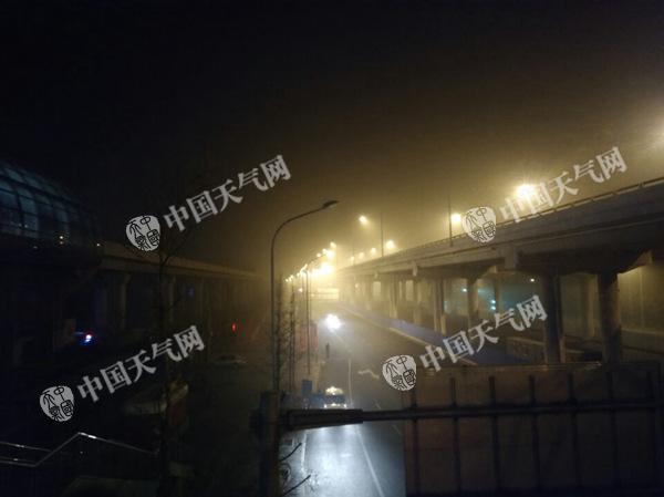 21日5时许,北京房山能见度较差。