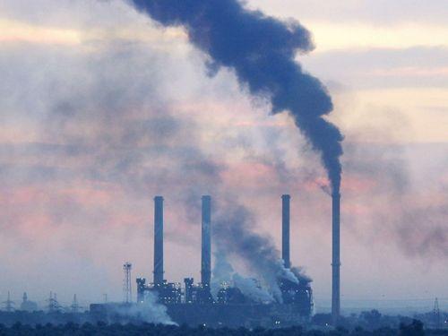20日清晨,北京向��^常�I,��v及路人在能�度�O低的�F霾中�t�前行