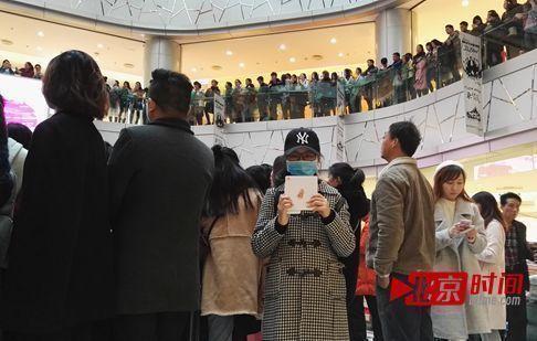 """龚玉雯在杨丞琳新专辑签售会现场,手里举着爱豆的新专辑。她自称杨丞琳的""""真爱粉""""。"""