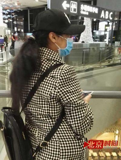 龚玉雯在虹桥机场南彩虹桥蹲歌星,站在这里一层二层的三个达到一览无余。图/北京时刻 刘思想