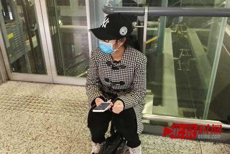 龚玉雯坐在虹桥机场一层电梯旁蹲歌星,这个方位能够一起看到歌星动身不时常经过的4号门和比来的安检通道。