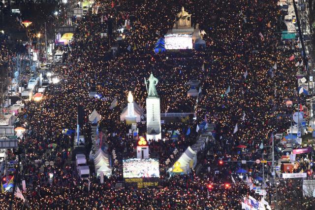 这是12月10日在韩国首尔拍摄的游行活动现场。当日,韩国民众走上街头,集会支持针对总统朴槿惠的弹劾动议案。(新华/法新)