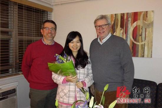 罗格斯大学校领导看望肖雅清(左为艾瑞克博士,罗格斯大学国际及全球事务副校长;右为理查德・爱德华兹博士,罗格斯大学校长)。