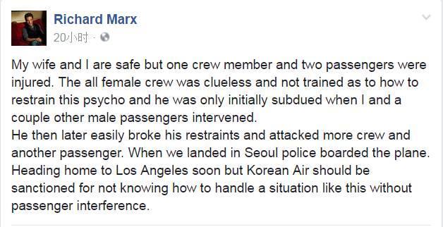 机上的韩国空姐们试图去制止这位疯狂的男子。然而,该男子推倒了几位空姐,并抓住了她们的头发。不少空姐感到束手无策,有的空姐甚至忙着在一旁拍照。