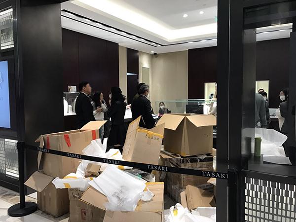 12月20日,第一八佰伴门口的某间商店,伙计戴口罩上班。