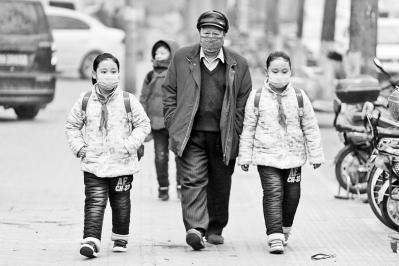 街头行人,口罩是标配。记者吴国强摄影