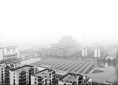 12月21日,郑州市一所校园因雾霾停课而空无一人。记者白周峰摄