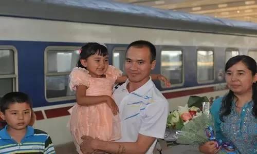 2014年6月21日下午,胡西代·买买提明(右一)带着儿女去车站迎接巡回宣讲归来的肉孜麦麦提·巴克(右二)