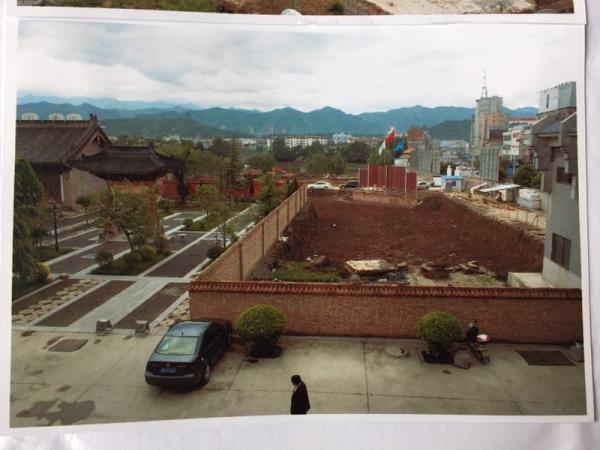 开辟商曾占领大云寺两亩多地盘停止缔造,并挖出三米深的基坑。 磅礴美色诱惑 记者 王健 翻拍自商洛市博物馆供给的材料相片