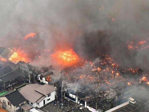 大火在强风助威下肆虐,大片房屋被烧为灰烬。