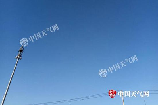 12月22日15时许,北京天空湛蓝。