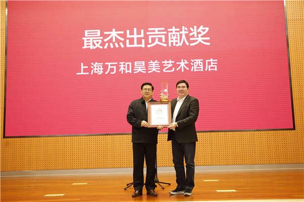 中国美协党组书记、驻会副主席、秘书长徐里为获奖企业代表颁奖.jpg