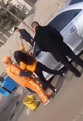 女司机夺过环卫工人手机,并连续摔砸两次。 视频截图