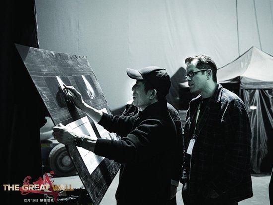 导演张艺谋与工作人员现场讨论