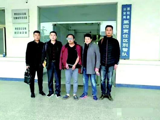 盗窃嫌疑人邢某(中)被抓获。
