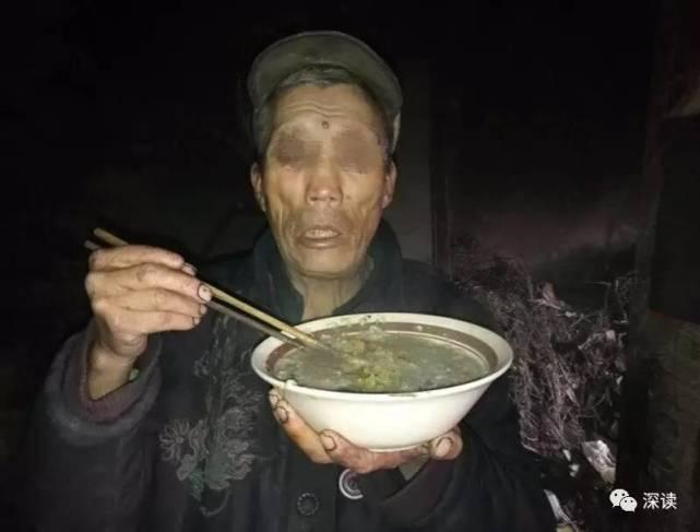 """高代禄端起自己煮的食物食用,他称""""只要咸咸的就能吃"""""""