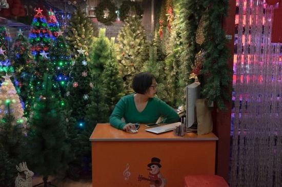 市场大厅内是大约5万个布满圣诞装饰的摊位。