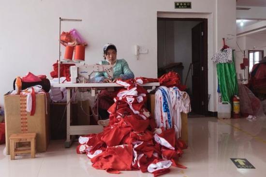 圣诞前夕,每天约有1000个装满圣诞用品的集装箱从这里发往海外。