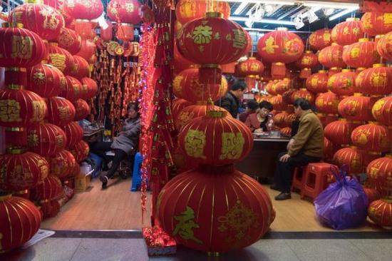 中国春节使用的灯笼同样在售。