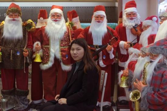 除圣诞饰品外,义乌也销售其他商品,比如每年售出30亿双袜子。