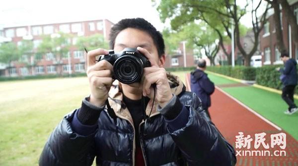弟弟殷天佑正在拍照。新民晚报新民网记者 陈炅玮