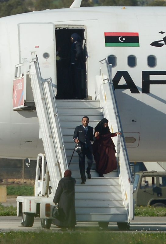 12月23日,在马耳他机场,不断有乘客从被劫持的客机中走出。新华社/法新
