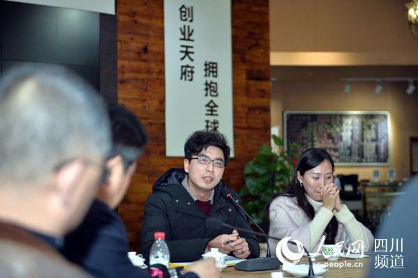 12月23日晚,在成都蓉创茶馆,参与座谈的网友纷纷发表对雾霾治理的意见和建议。(王红强 摄)